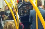 Пассажир электромобиля спокойно читает газету