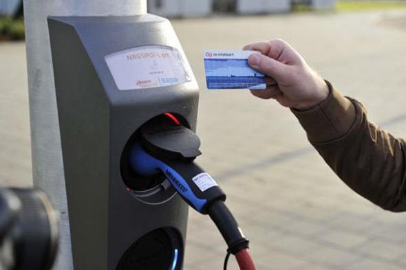 Электромобили можно заряжать от столбов