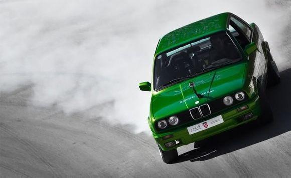 Зелёный BMW - быстрее самого Tesla Roadster!