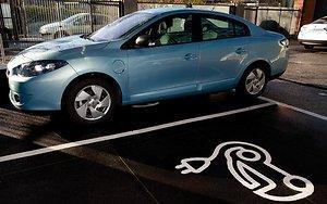 Электромобилям — бесплатную парковку
