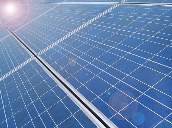 солнечные батареи Nissan на крыше электромобиля Leaf