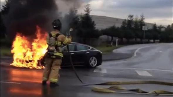 Электромобиль Тесла в огне
