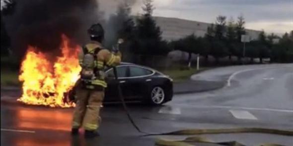 Электромобиль Tesla горит